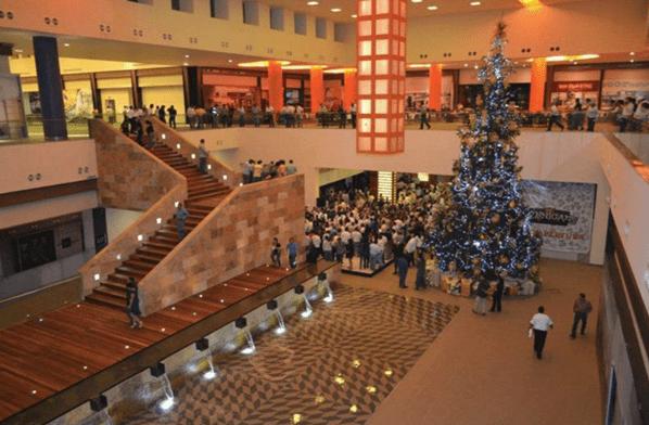 """Interior del centro comercial """"El Dorado"""""""